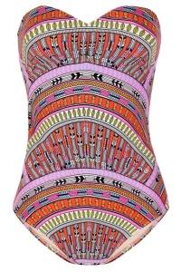 Print inspiración azteca con plumas y piñas. Mara Hoffman.